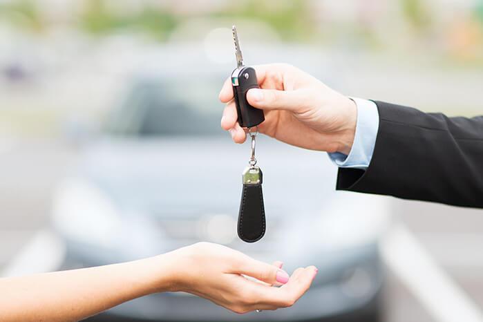 車の鍵をなくした時、今すぐ開けたいのか、時間的に余裕があるのかによって、オススメの対処法が異なります。